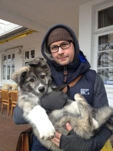 Oliver mit Finn vor dem Restaurant -Zum Bäcker- am Elbstrand